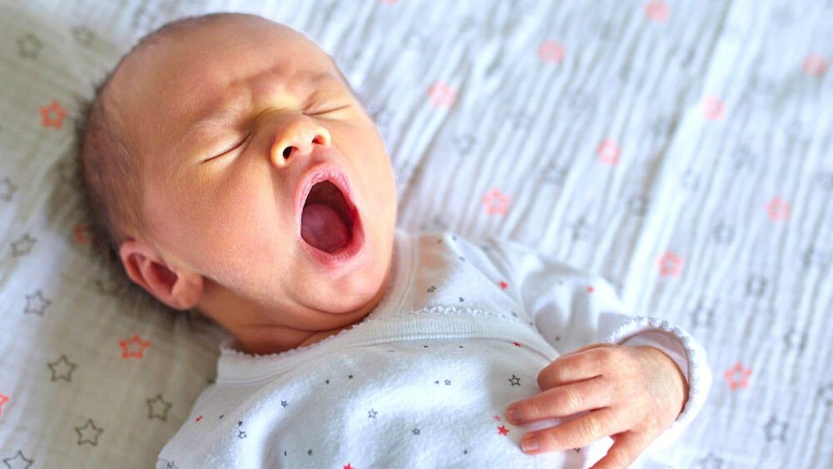bebe bostezando